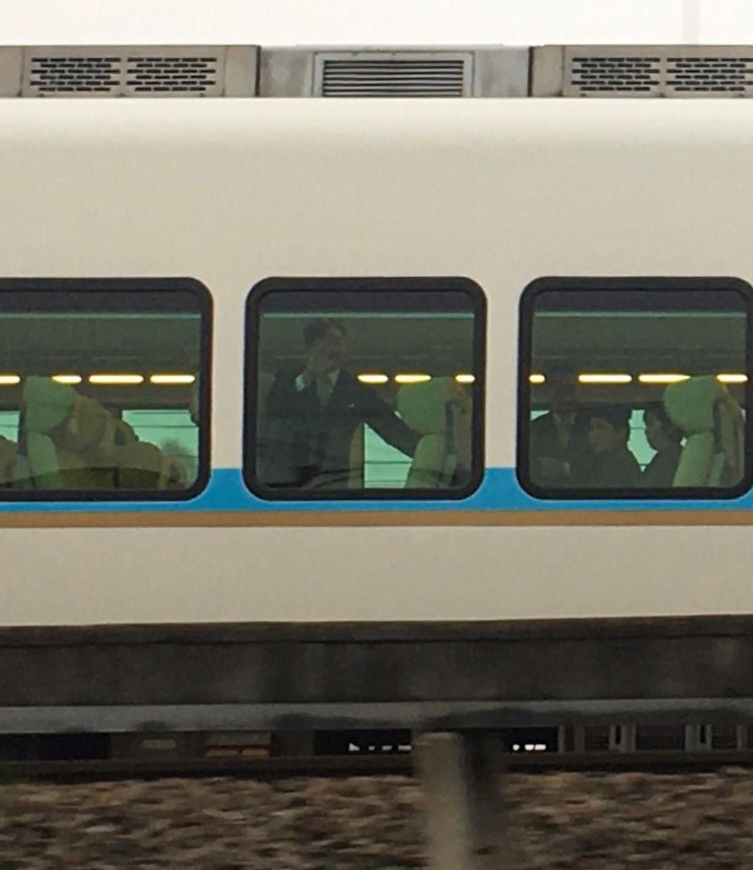「しまかぜ」お召列車が橿原神宮前~京都間で運転 京都線・橿原線で 朝6時から並ぶ人も 天皇両陛下奈良訪問(親謁の儀)終了に伴う運転