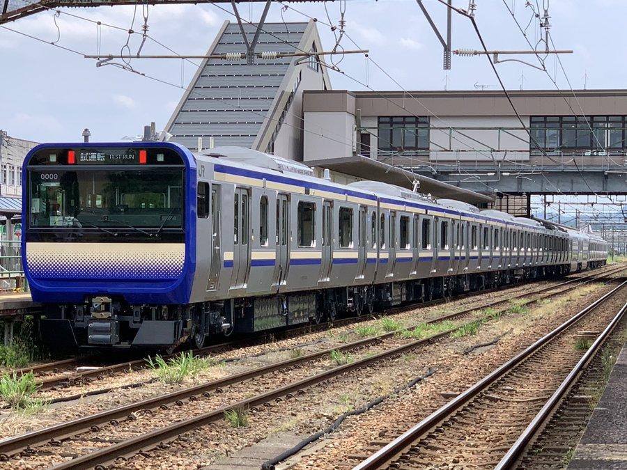 横須賀線E235系公式試運転 屋根上に箱状の物体が デザインがプレス異なりセミクロスシートは廃止