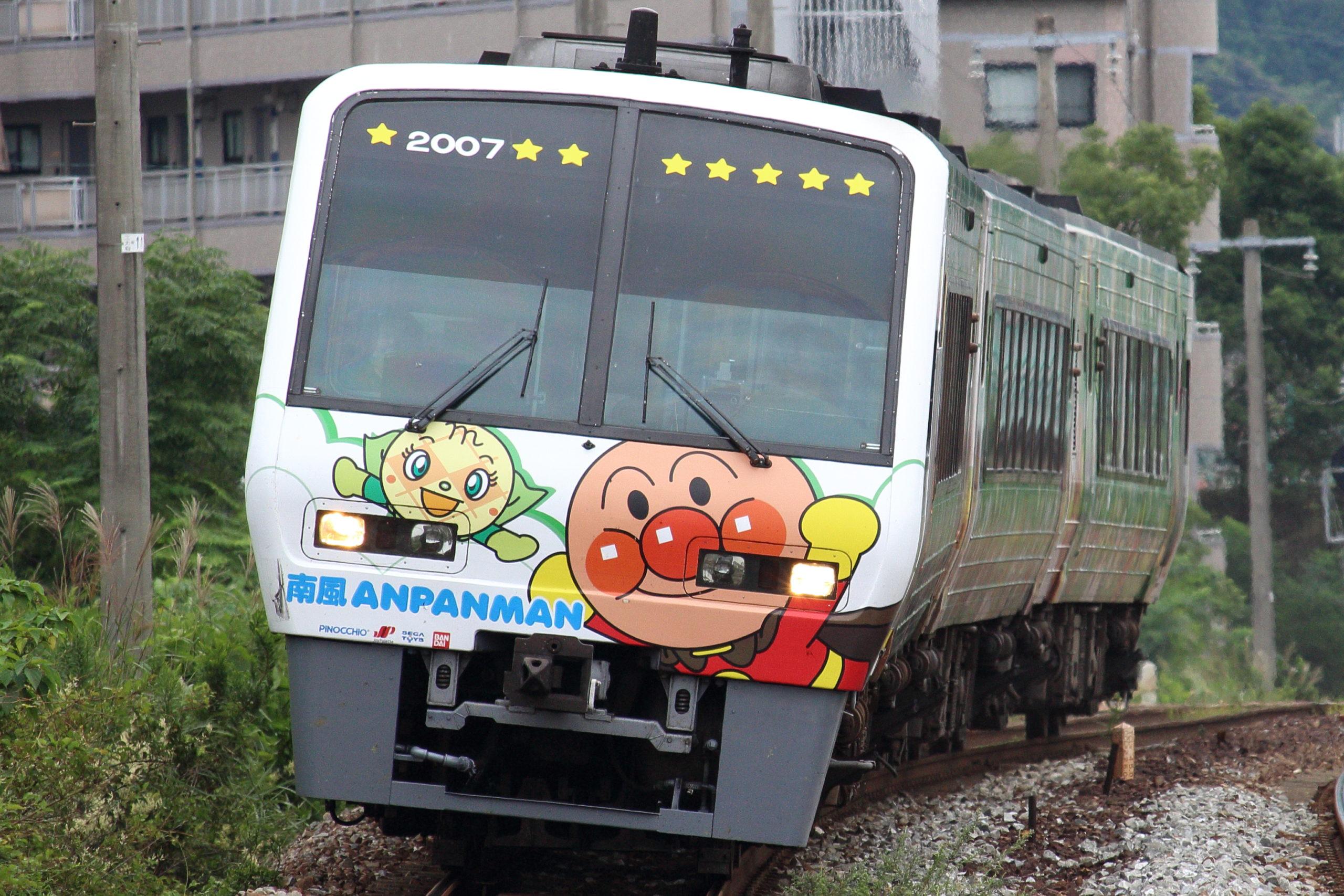 【異例のラストラン増発!】始発前の4時25分発 四国2000系「緑のアンパンマン号」が土讃線高知~多度津間で団体臨時列車として運転