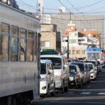 「岡山の恥ずべき朝」道路交通違反が常態化 路面電車の運行を車が妨害していると話題に