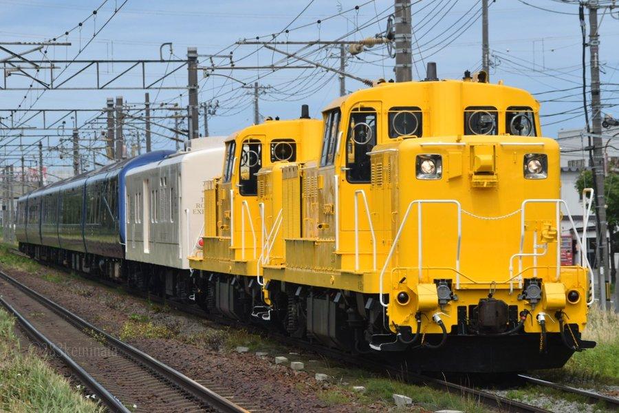 【撮り鉄除けのダサさとまで言われた】スカートを取り外した伊豆急ロイヤルエクスプレスが北海道で試運転 真っ黄色のDD15が牽引