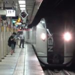 【逆方向なのに】特急あずさ千葉行きが成田エクスプレス高尾行きを遅延させる 乗務員の行路が問題?