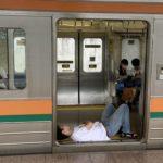 【普通列車をネカフェ代わりに】吾妻線の車内で床に寝そべり爆睡する人が 一旦下車したのに再び乗車して就寝