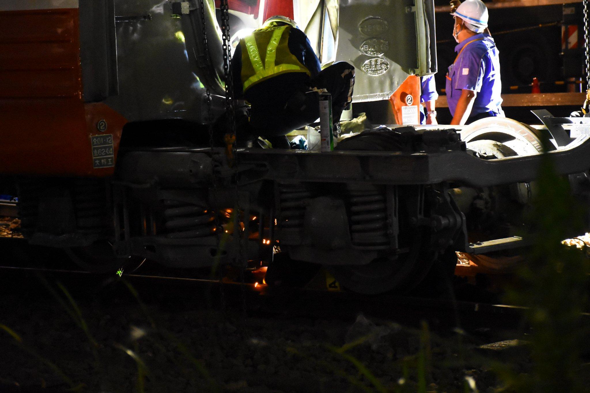 【衝撃】初代ロマンスカー3000形SEがミュージアム展示のための輸送中に破損 クレーンで釣り上げる際に台車が落下 現場では切断作業が