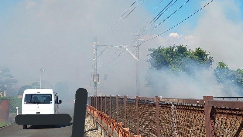 【警察消防出動】高齢者が沿線で野焼きをし煙が充満 注意しても聞き入れず列車に支障も