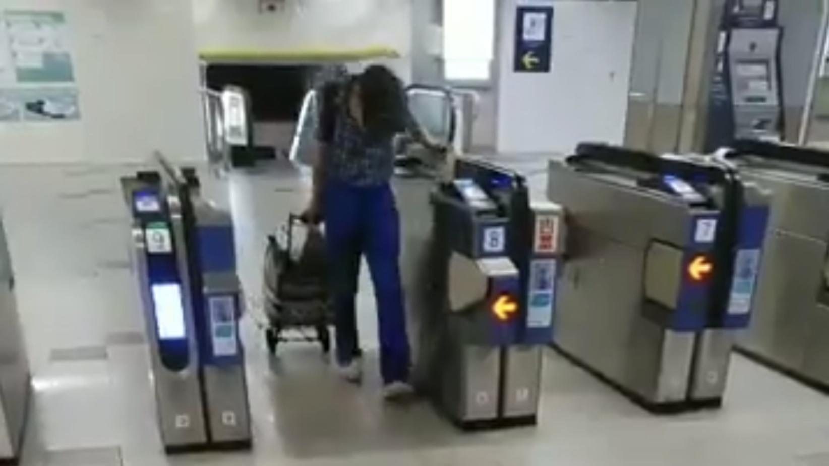 【不正は鉄道ファンだけではない】高齢男性が改札機のセンサーを本で隠して無賃乗車 慣れた手つきで常習的な犯行