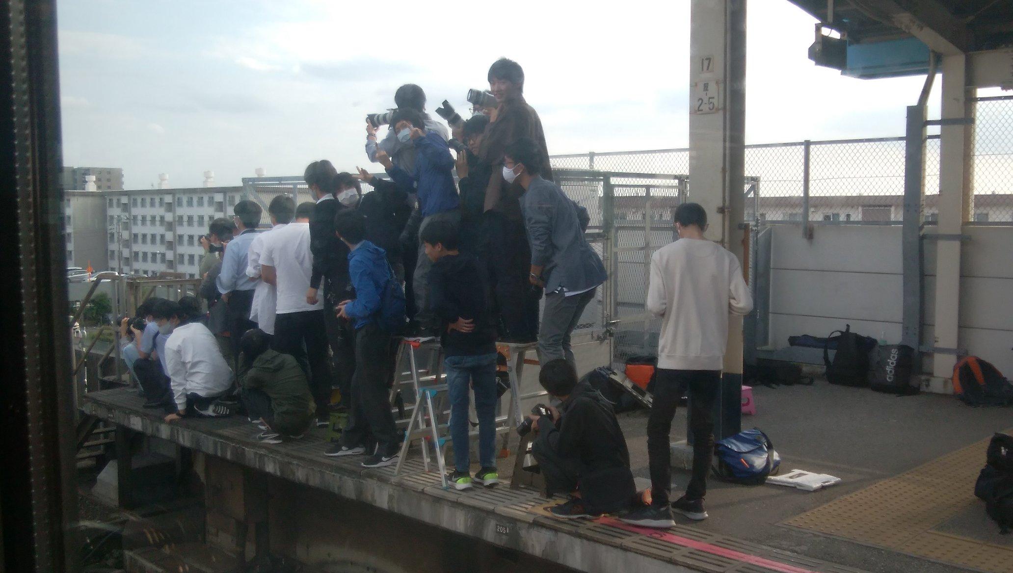 【武蔵野線205系】撮り鉄がエキセンに脚立を使ってひな壇を構築 検見川浜では人が集まりすぎて大変なことに