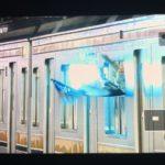 【武蔵野線205系】車内から窓の外に旗を振りライトを照射 非常識な行動の犯人は有名撮り鉄「KOKI」だった