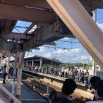 【武蔵野線205系】入線前から新習志野駅が鉄道ファンで埋め尽くされる 特製方向幕や編成札のサプライズ展示も