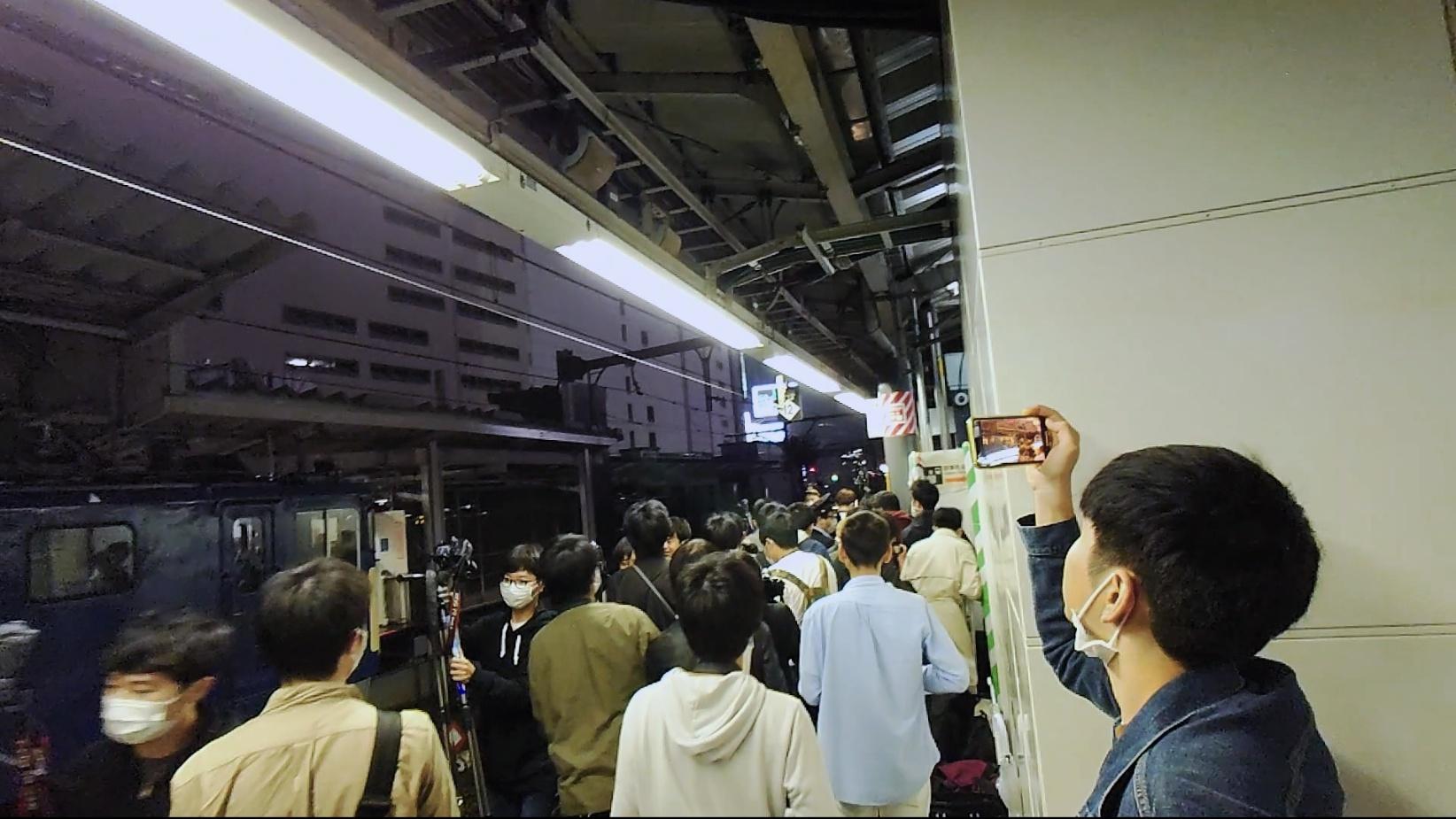 【エキセン大荒れ】651系伊豆クレイル廃車配給は新宿経由に 通勤客がいる中ホームでは撮り鉄が全力疾走