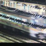 【恐怖】真夜中の駅にカラスの集団が 「撮り鉄」ならぬ「鳥鉄」が話題に