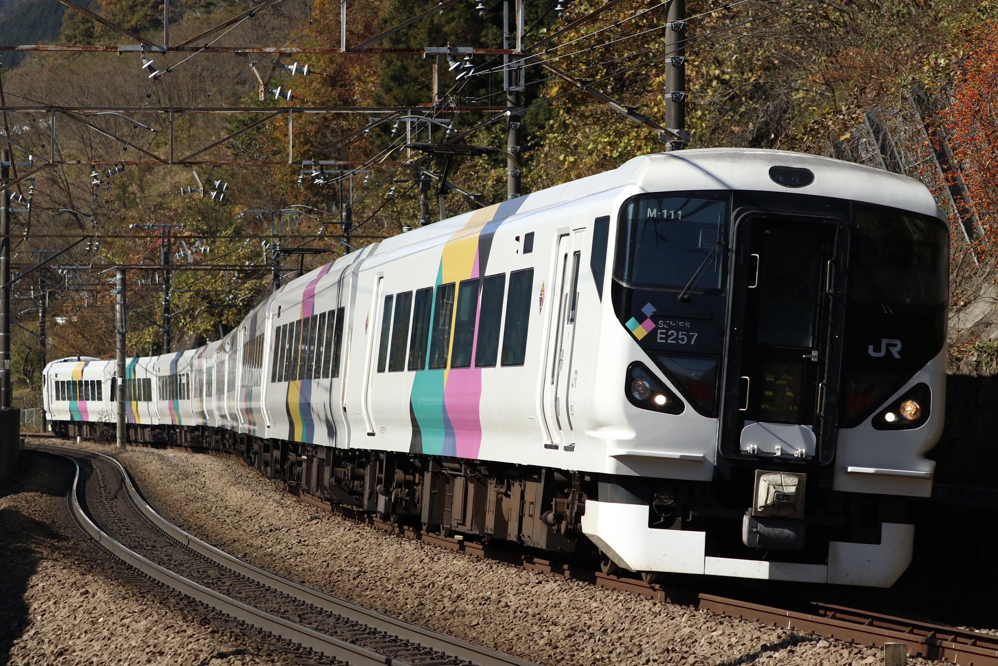 【新機能?】中央線E257系がウインカーを出しながら通過 一体なぜ