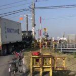 【川越線緊急停車】大型トレーラーが踏切で立ち往生 「大型通行禁止」の標識を完全に無視