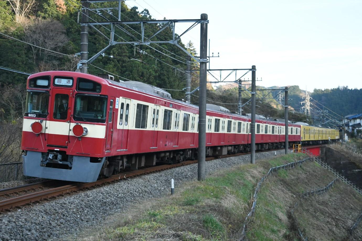 西武9000系9103F「RED LUCKY TRAIN」が横瀬で10両から4両に短編成化 武蔵丘に牽引回送