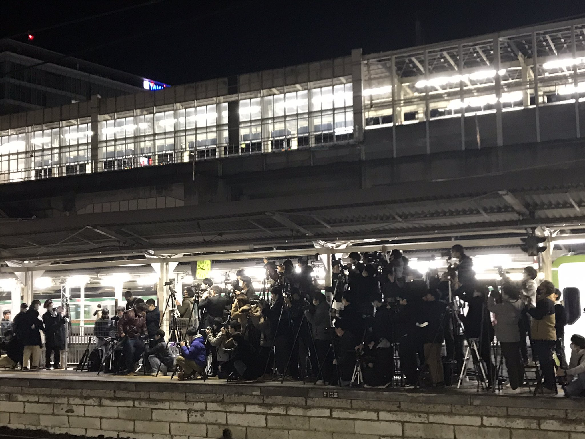 【大宮に蒸気機関車が3本】「SLぐんま」のC61-20が検査のためOMに入場配給 撮影で高崎駅が大混雑