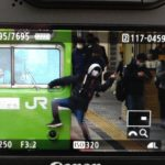 【非常識】迷惑鉄オタが京都駅で103系の車体に乗っかり中指立て記念撮影 めざましテレビが参戦し犯人ブチ切れ 前代未聞の大騒動に