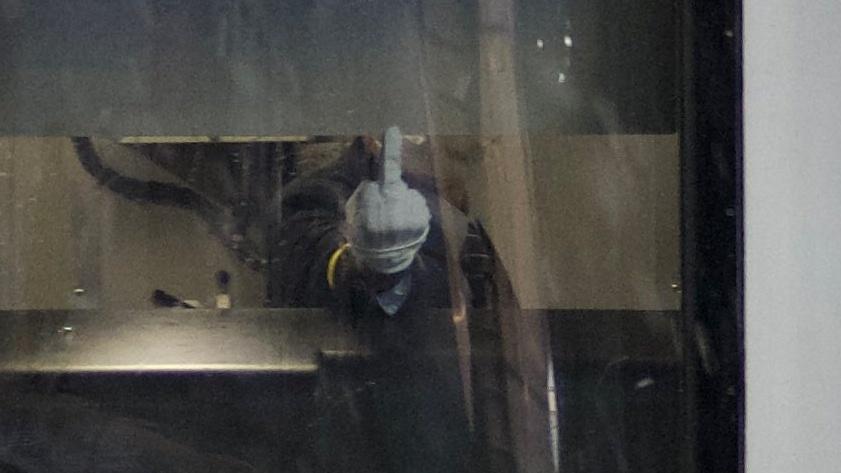 【悲報】営業中の列車でJR東日本の乗務員が撮影者に中指を立てる