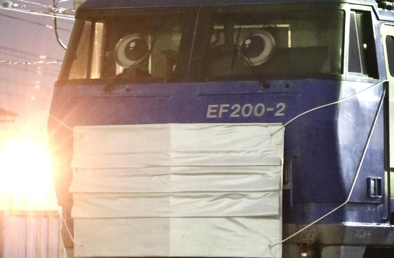 【吹田機関区が超面白い】EF200-2に「マスク」や「目」が取り付けられる トーマスの仲間入りと話題に