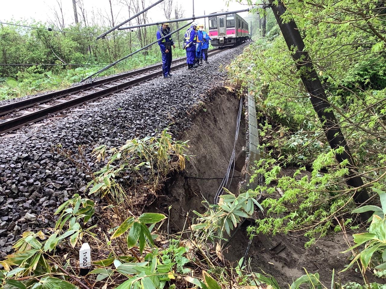 【復旧には相当かかる見通し】奥羽本線で停電 土砂流出で電化柱が傾斜 215系疎開回送にも影響か