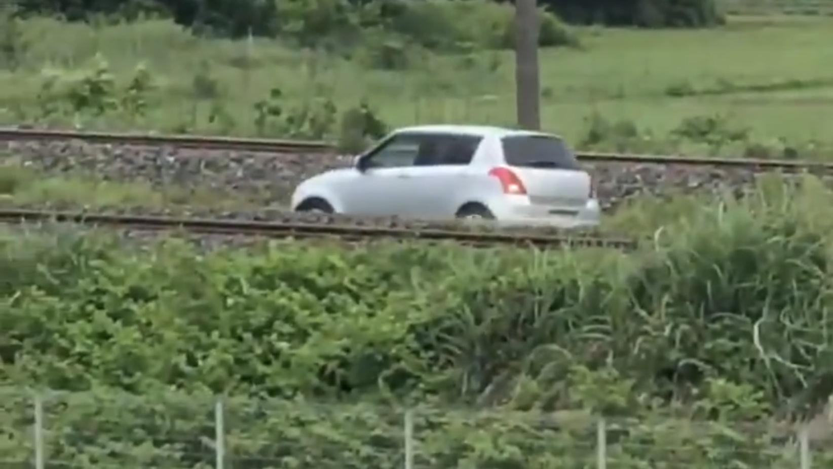 【珍事】スイフトが線路内をバックで暴走 高齢者ドライバーか