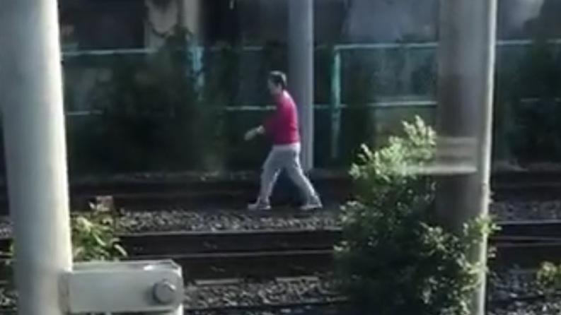 【迷惑老人と駅員が鬼ごっこ】京浜東北線で線路内人立ち入り 30分車内ですし詰め状態に