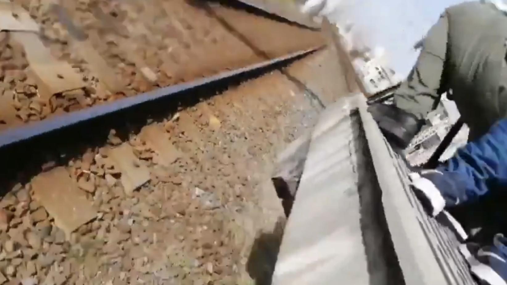 【悪質】撮り鉄が突如線路に落下し緊急停車 撮影目的か 周りのファンも「止まったぞ」と大喜び