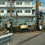 【もらい事故で大惨事】中央本線で踏切事故 後ろから追突され線路内に