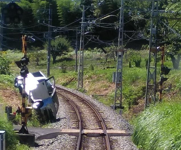 【空からクルマが!?】飯田線で線路に自動車が落下し運転見合わせ
