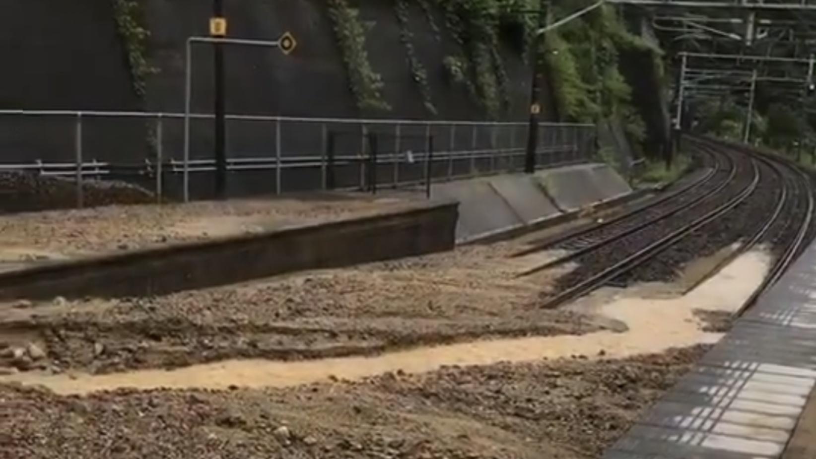 中央西線古虎渓駅のホームが土砂流入で埋まる 計画運休が役に立つ