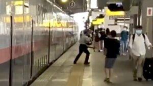 【黄色い線の外側通行が原因】駅員が「お下がりください!!」Maxときが発車直後に緊急停車 「この程度で止めるな」と鉄道ファンが批判