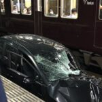 【運転再開目処立たず】阪急神戸線岡本駅に大破した自動車が!? 踏切事故でホームまで引きずられたか